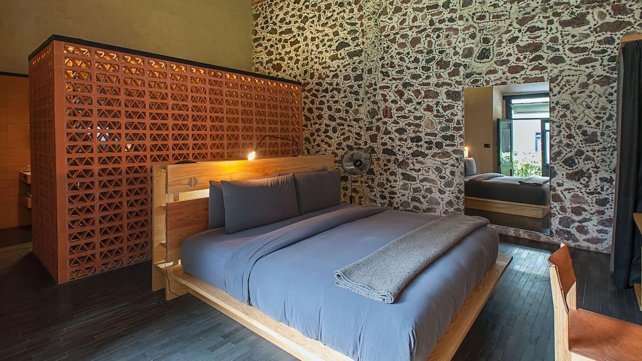 Colonial King guestroom