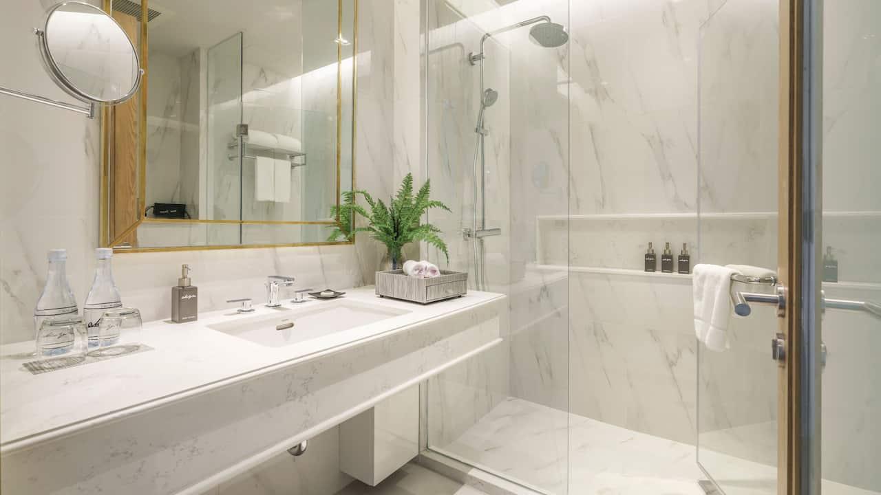 Akyra suite bathroom