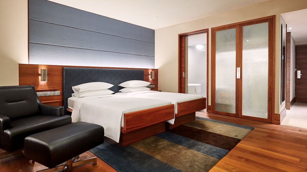 Grand Room, 2 twin beds, en suite bathroom and a day-lit workstation at Grand Hyatt Singapore