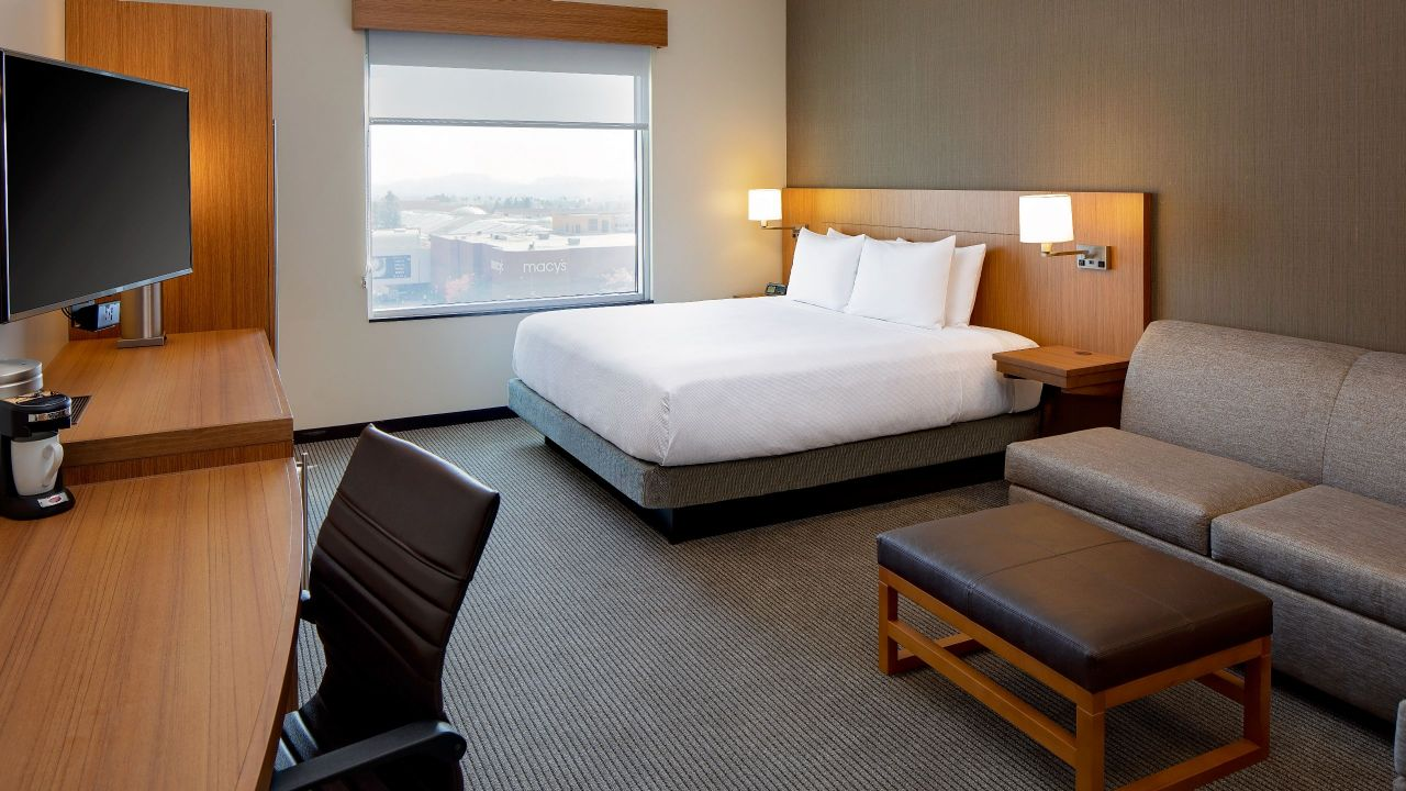 Room with King Bed and City or Mountain View Hyatt Place Glendale Los Angeles