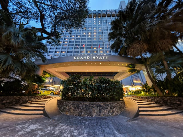 Hotel exterior evenings Singapore, Grand Hyatt hotels in Singapore, Singapore