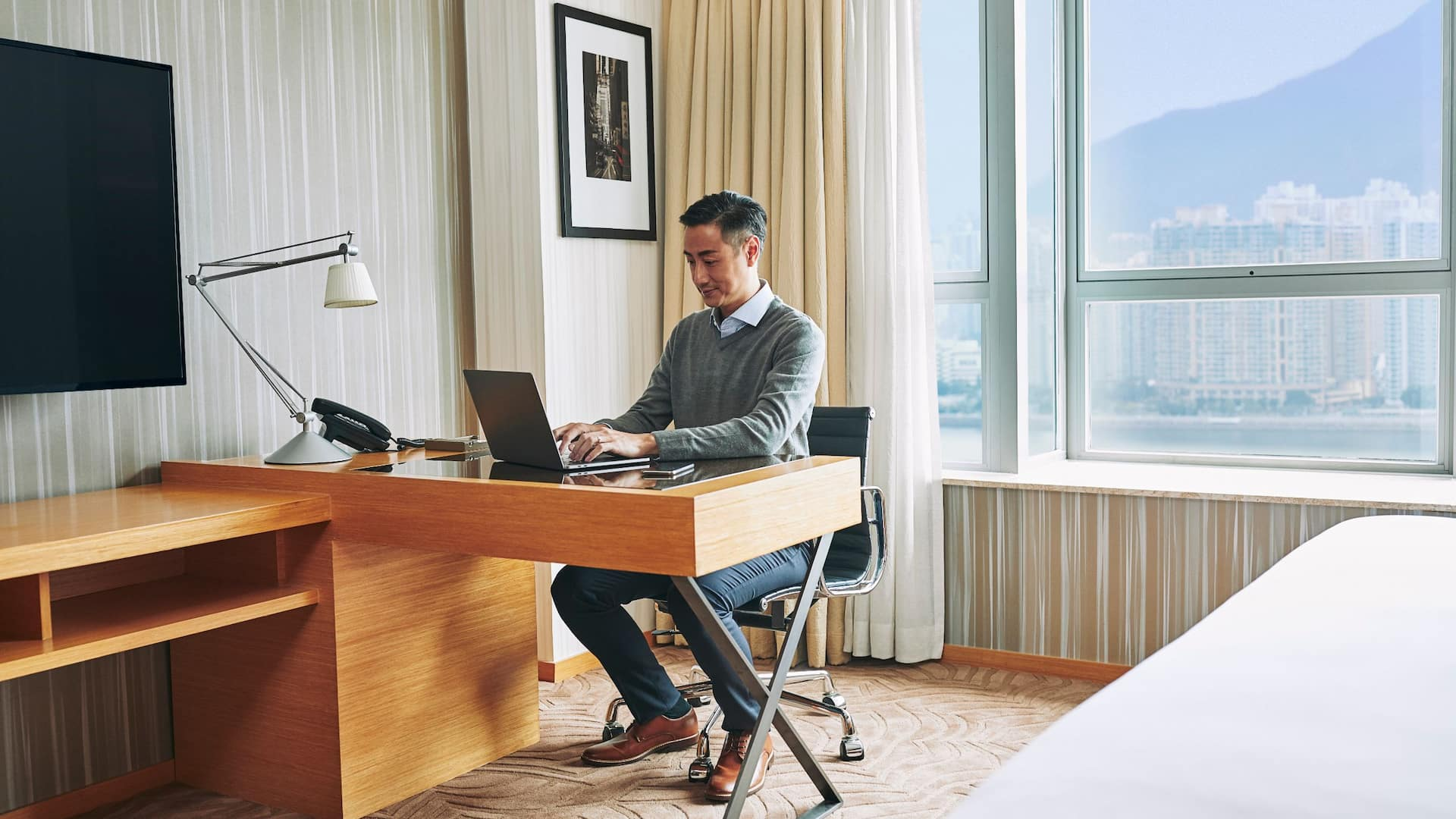 WOH_P260_Business_Traveler_Man_Working_Laptop_Desk