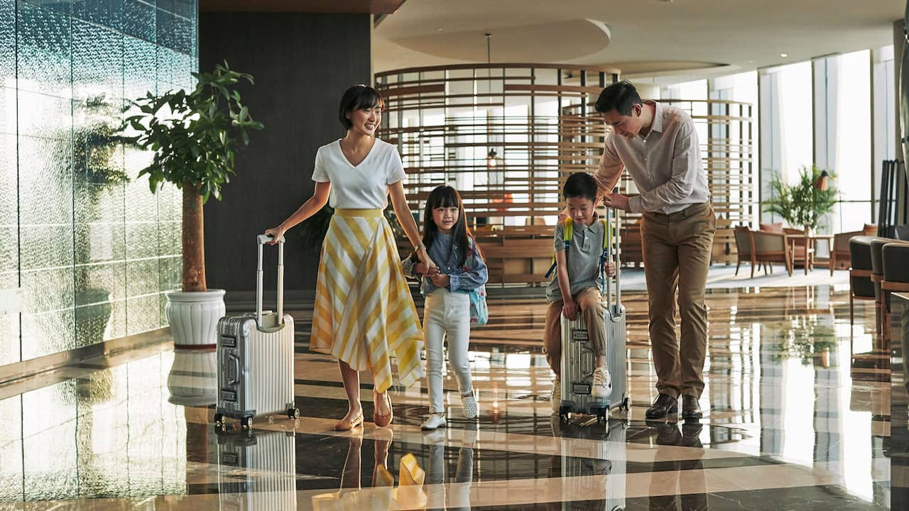 Leisure Travelers Family Lobby Rolling Suitcases