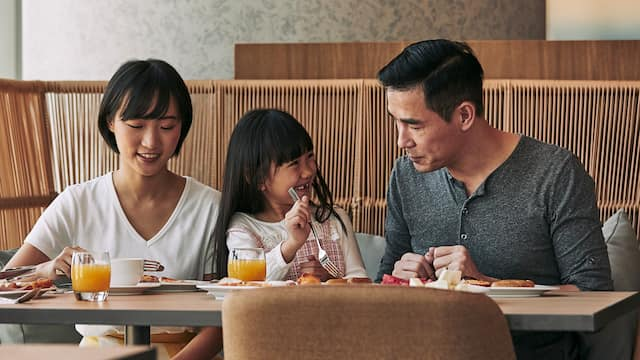 World-of-Hyatt-P362-Leisure-Travelers-Family-Dining-Breakfast