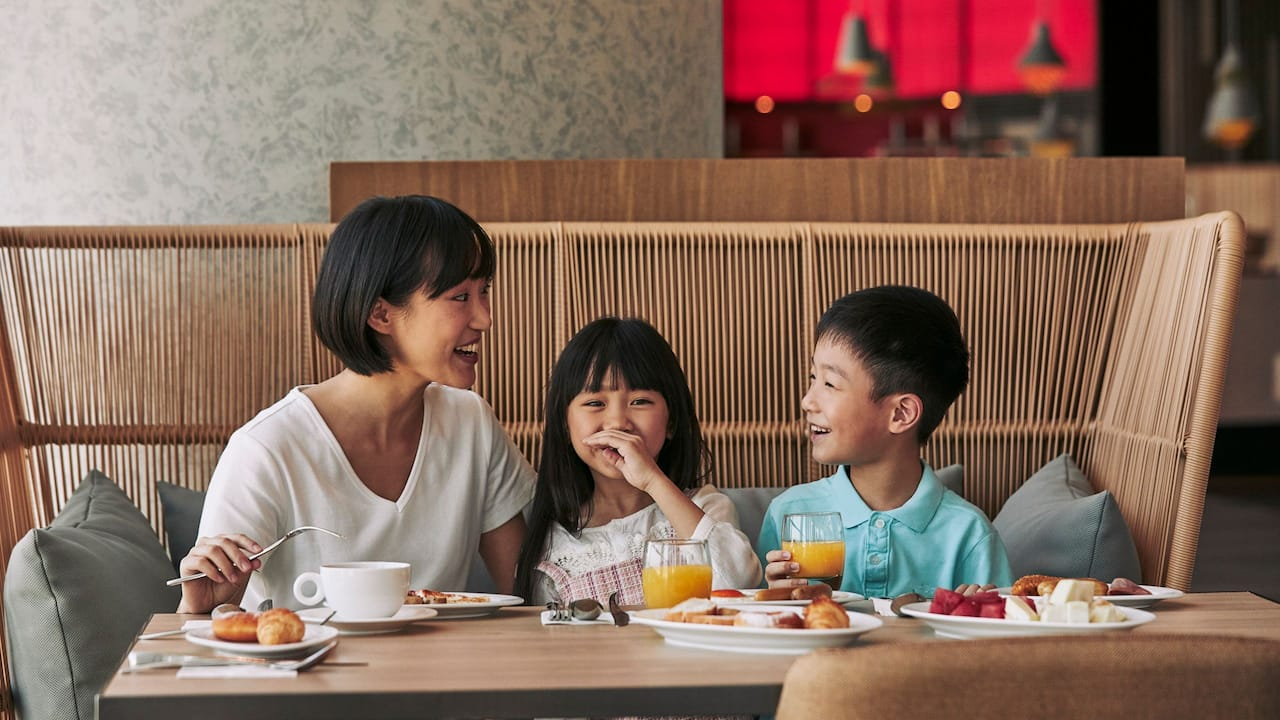 WOH_P363_Leisure_Travelers_Family_Dining_Mom_and_Children