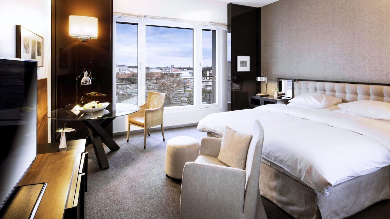 Ein Kingsize Bett Hotelzimmer mit Stadtblick im Grand Hyatt Berlin