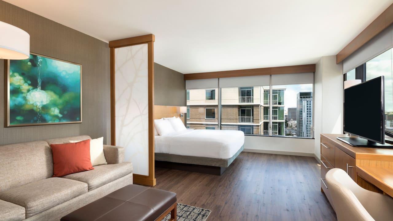 Corner King Guestroom