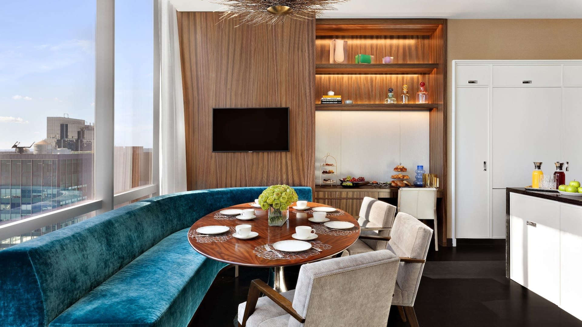 Manhattan Sky Suite Breakfast Area