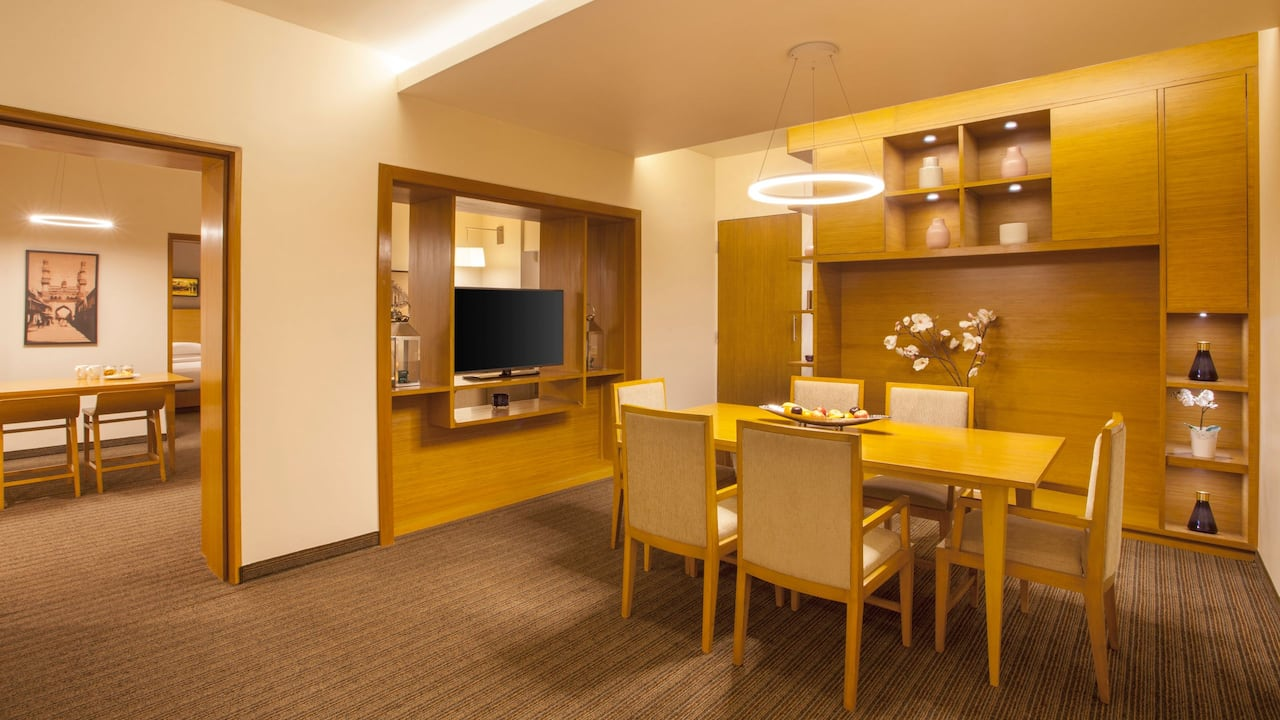 Large King Suite Dining