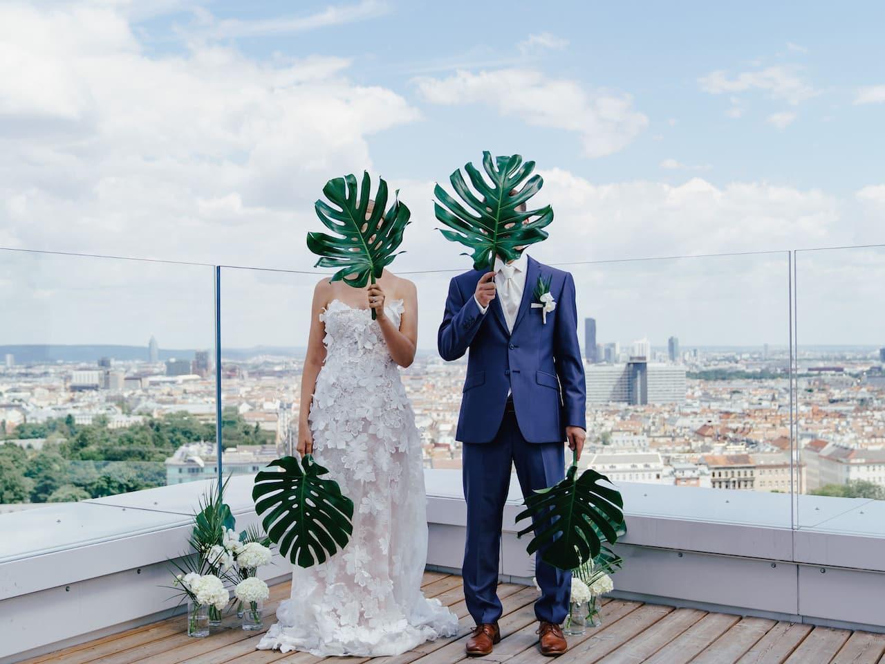 Hochzeitspaar auf der Terrasse der Aurora Rooftop Bar