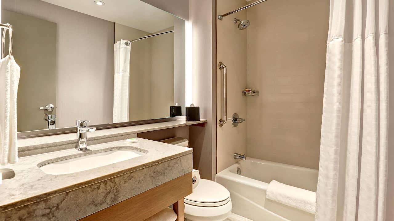Guestroom with Bathtub