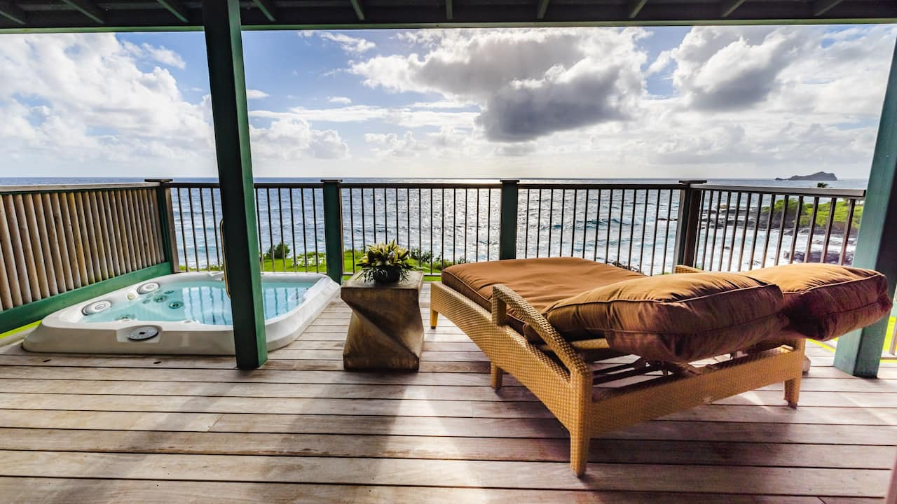 Oceanfront Bungalow with hot tub in Hana, Maui