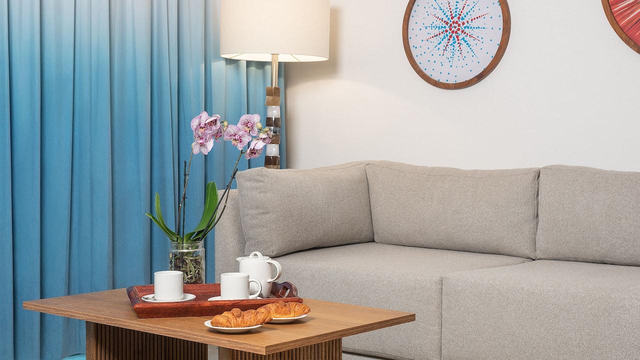 Oceanfront Junior Suite Swim Up Couch
