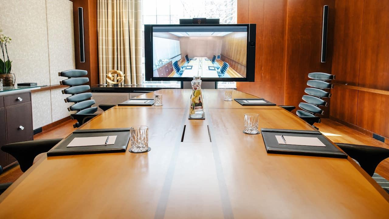 Boardroom im Park Hyatt Zürich mit Video-Setup