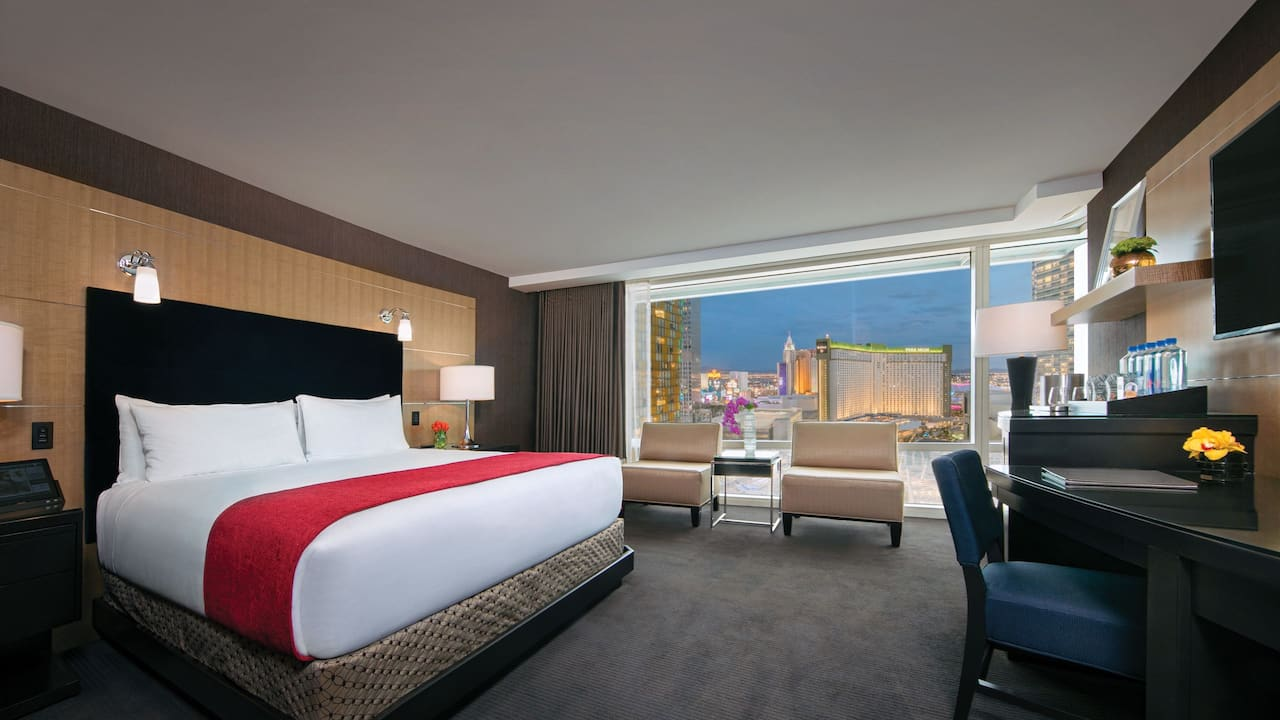 Deluxe king room strip view