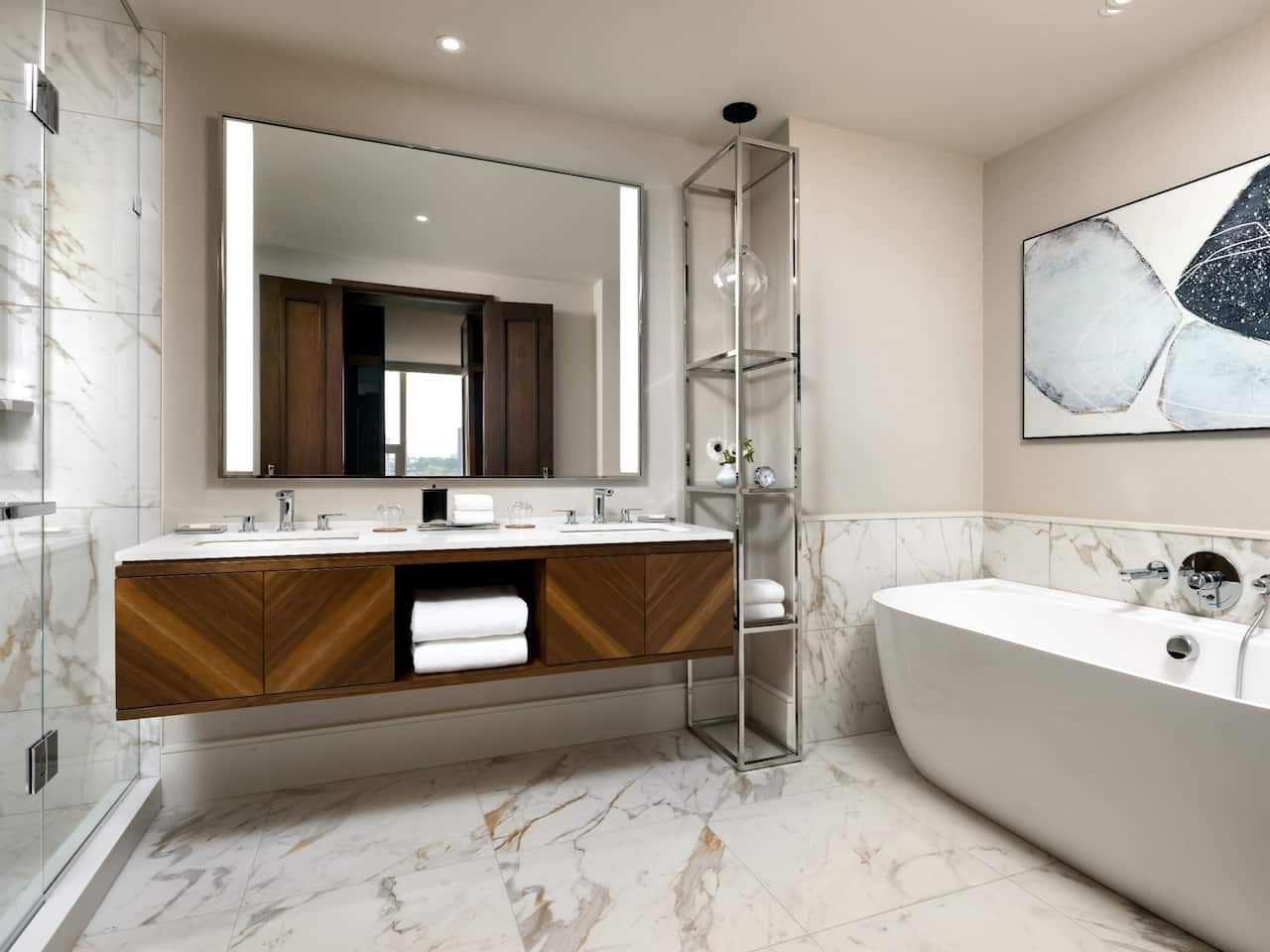Deluxe Corner Suite Bathroom